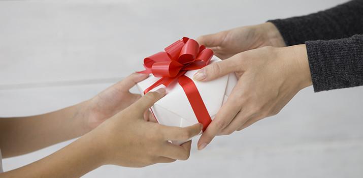 「女 プレゼント 渡す フリー」の画像検索結果