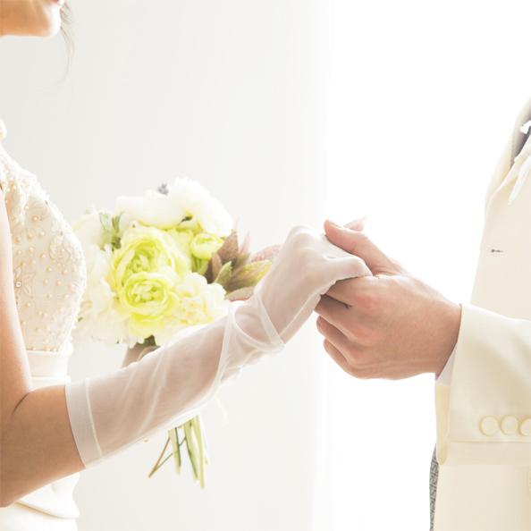 新郎新婦が手を取り合っている画像