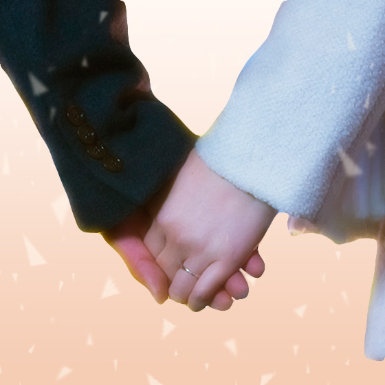 ペアリングをつけたカップルが手を繋いでいる画像